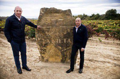 """Los dos """"directores"""", Marcos y Miguel, Miguel y Marcos, en el viñedo que da nombre a uno de sus vinos más cotizados, """"La Nieta"""""""