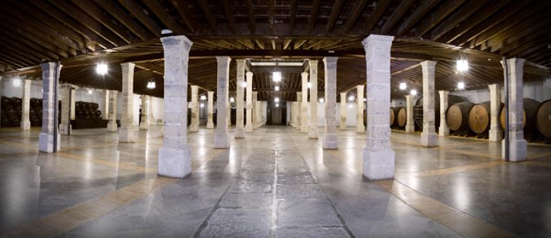 Espectacular imagen de la bodega Los Apóstoles soportada por 56 columnas