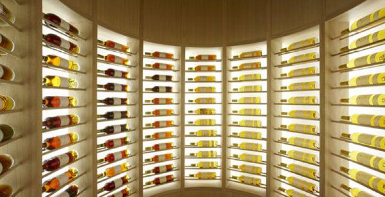 Expositor de botellas retroiluminado en la bodega del restaurante Atrio