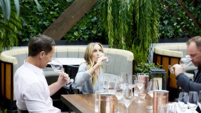 Sarah Jessica Parker lanza al mercado un vino rosado francés.