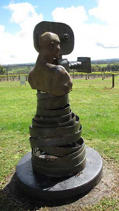 Escultura delante de los viñedos de Yabby Lake