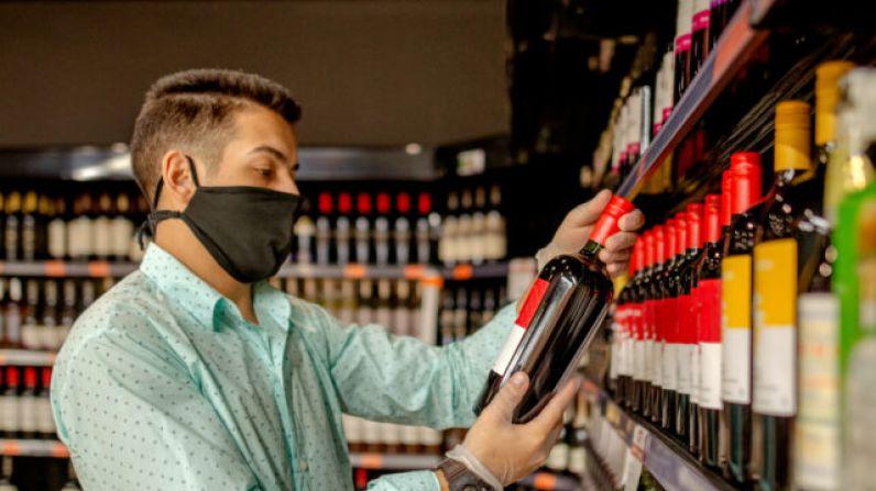 """Los consumidores del Reino Unido se acercan a los supermercados a comprar después del anuncio de """"Lockdown"""""""