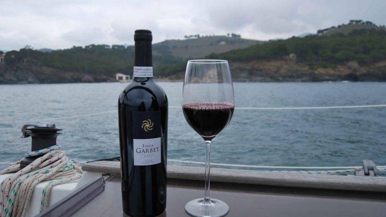 Cata en velero y almuerzo entre viñedos, dos nuevas maneras de disfrutar del enoturismo con Castillo Perelada
