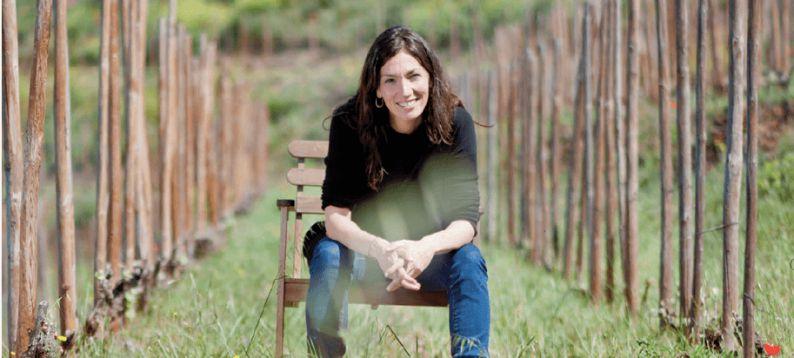 Sara Pérez entre los viñedos de Mas Martinet