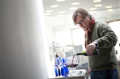 Peter Sissek, sirviendo el vino